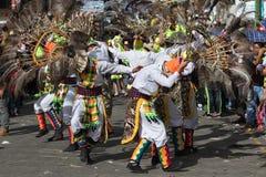 Uomini indigeni che ballano all'aperto nell'Ecuador Fotografie Stock
