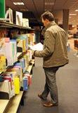 Uomini in libreria Immagine Stock