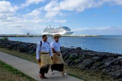 Uomini locali che camminano al lungomare in alofa del ` di Nuku su Tongatapu i Fotografia Stock Libera da Diritti