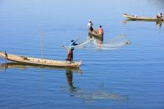 Uomini locali che pescano con una rete da una barca, Amarapura, Myanmar Fotografia Stock Libera da Diritti