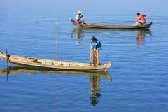 Uomini locali che pescano con una rete da una barca, Amarapura, Myanmar Immagine Stock