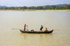 Uomini locali che pescano da una barca sul fiume di Ayeyarwady vicino a Mandalay Immagine Stock Libera da Diritti