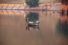 Uomini locali che pescano nel lago Maota vicino ad Amber Fort, Ragiastan, Indi Fotografia Stock