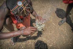 Uomini masai che fanno fuoco   Immagini Stock