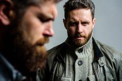 Uomini maschili con la barba ben curato Mascolinità ed aspetto brutale Punte maschii di cura di capelli Concetto del parrucchiere fotografie stock