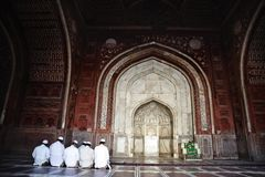 Uomini musulmani che pregano nella moschea, Taj Mahal, Agra, Uttar Pradesh Immagini Stock Libere da Diritti
