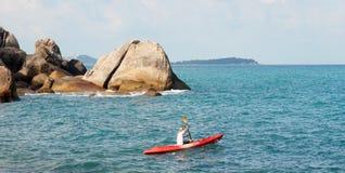 Uomini nei Kayakers della barca sulle onde di oceano Immagini Stock Libere da Diritti