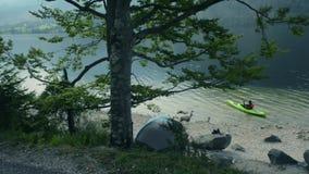 Uomini nel kajak sul lago scenico Kayaker caucasico stock footage