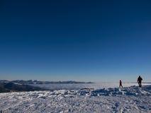 Uomini nelle montagne nell'inverno Fotografie Stock