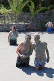 Uomini non identificati che hanno bagno di fango Immagine Stock