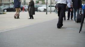 Uomini occupati e donne che camminano all'aeroporto con bagaglio, la gente che viaggia, viaggio stock footage