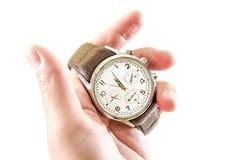 Uomini, orologi con la cinghia marrone a disposizione, isolato su fondo bianco Primo piano fotografie stock
