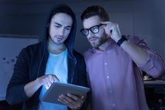 Uomini premurosi astuti dell'IT che discutono lavoro Immagini Stock