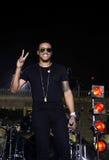 Uomini in scena con le tonalità dorate, segno di pace, Live Concert Fotografia Stock