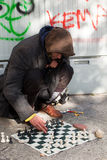 Uomini senza casa che giocano scacchi Immagine Stock Libera da Diritti