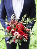 Uomini in serie con il mazzo dei fiori fotografia stock