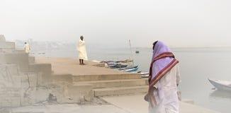 Uomini su Gange Ghat a Varanasi Immagini Stock
