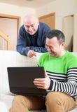 Uomini sul lavoro sul computer portatile immagini stock