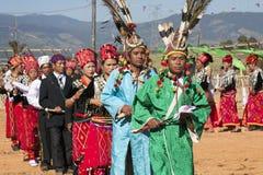 Uomini tradizionali di Jingpo al ballo Fotografie Stock
