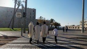 Uomini ultra ortodossi alla vecchia città Fotografia Stock Libera da Diritti