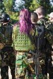 Uomini in uniforme militare con l'arma Fotografia Stock Libera da Diritti