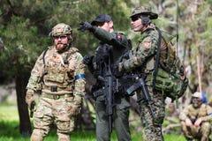 Uomini in uniforme militare con l'arma Immagine Stock Libera da Diritti