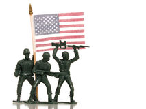 Uomini verdi dell'esercito del giocattolo con la bandierina degli Stati Uniti su bianco fotografie stock libere da diritti