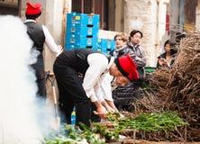 Uomini in vestito agricolo tradizionale che cucinano calsot Immagine Stock Libera da Diritti