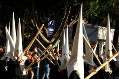Uomini in vestito con le candele, settimana santa, Malaga, Spagna Immagine Stock