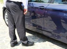 Uomo accanto all'automobile Fotografia Stock Libera da Diritti