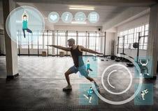 Uomo adatto che esegue allungando esercizio nella palestra contro l'interfaccia di forma fisica nel fondo Fotografia Stock