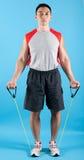 Uomo adatto con la fascia di stirata di esercitazione Immagini Stock Libere da Diritti