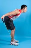uomo adatto con la fascia di stirata di esercitazione Fotografia Stock