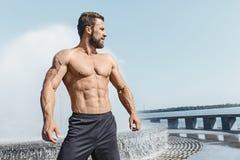 Uomo adatto di forma fisica che posa alla città Immagini Stock