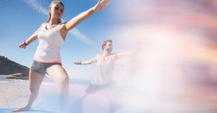 Uomo adatto e donna che si esercitano alla spiaggia Fotografia Stock Libera da Diritti
