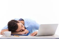 Uomo addormentato in ufficio fotografie stock libere da diritti