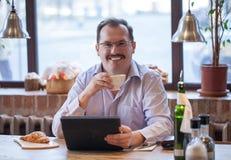 Uomo adulto in caffè Fotografia Stock Libera da Diritti