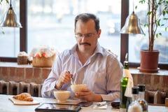 Uomo adulto in caffè Fotografie Stock Libere da Diritti
