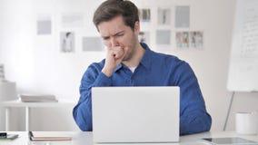 Uomo adulto casuale malato che tossisce sul lavoro video d archivio