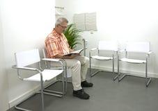 Uomo adulto che attende nel waitingroom Fotografia Stock Libera da Diritti
