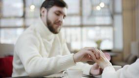 Uomo adulto che mette fede nuziale sul dito della sua amica e che bacia la sua mano video d archivio