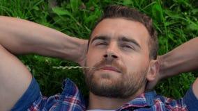 Uomo adulto che riposa sul campo archivi video