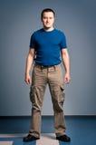 Uomo adulto che si leva in piedi con un fronte di smirk Immagini Stock Libere da Diritti