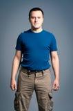 Uomo adulto che si leva in piedi con uno smirk Fotografia Stock Libera da Diritti