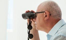 Uomo adulto con binoculare Fotografie Stock Libere da Diritti