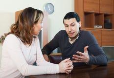 Uomo adulto con la conversazione della moglie immagini stock libere da diritti