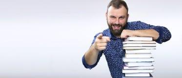 Uomo adulto della barba dello studente con la pila di libro Immagini Stock Libere da Diritti