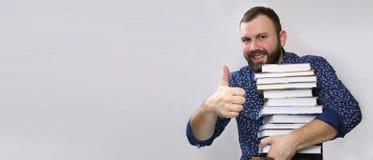 Uomo adulto della barba dello studente con la pila di libro Fotografie Stock Libere da Diritti
