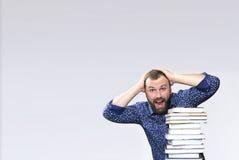 Uomo adulto della barba dello studente con la pila di libro Immagini Stock