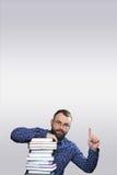 Uomo adulto della barba dello studente con la pila di libro Immagine Stock Libera da Diritti